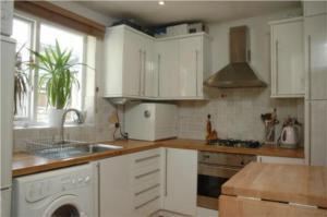 liz-hurley-kitchen